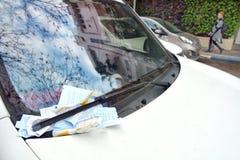 违规停车罚单被安置在汽车的风档刮水器下 库存图片