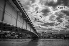 连接两岸的城市桥梁在一明亮的天 免版税图库摄影