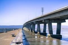 连接佛瑞蒙的敦巴顿橡树园桥梁到门洛帕克,旧金山湾区,加利福尼亚 免版税库存图片