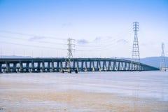 连接佛瑞蒙的敦巴顿橡树园桥梁到门洛帕克,旧金山湾区,加利福尼亚 库存照片