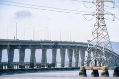 连接佛瑞蒙的敦巴顿橡树园桥梁到门洛帕克,旧金山湾区,加利福尼亚 免版税库存照片