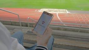 连接到在体育场的WiFi的智能手机 股票视频