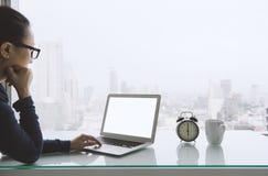 连接到无线的妇女自由职业者通过膝上型计算机 免版税库存照片