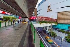连接到豪华商场购物中心的天桥看法 免版税库存图片