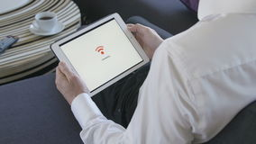 连接到WiFi的片剂 影视素材