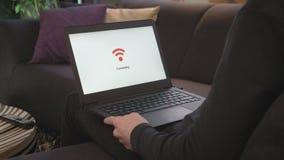 连接到WiFi的膝上型计算机 股票视频