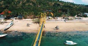 连接努沙Lembongan的黄色桥梁鸟瞰图用Ceningan在巴厘岛 影视素材