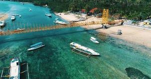 连接努沙Lembongan的黄色桥梁鸟瞰图用Ceningan在巴厘岛 股票录像