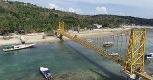 连接努沙Lembongan的黄色桥梁鸟瞰图用Ceningan在巴厘岛 股票视频