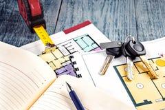 连接在公寓项目计划的新的钥匙  库存照片