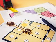 连接在公寓项目计划的新的钥匙  免版税库存图片