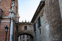 连接在大教堂入口,巴伦西亚,西班牙前面的古老走廊曲拱两个大厦 库存图片