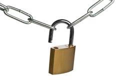 连接在白色背景的开放黄铜挂锁两个链子 库存图片