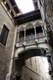 连接在巴塞罗那,西班牙的老城市零件的微小的阳台两个大厦 库存照片