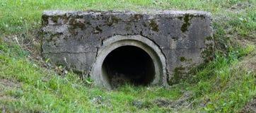 连接垄沟的排水设备管子 图库摄影