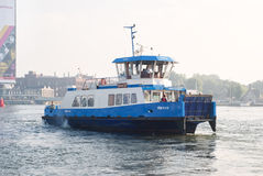 连接城市的渡轮用酷寒北风区域在阿姆斯特丹,荷兰 免版税库存图片
