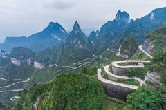 连接大道99危险曲线弯曲道路天堂的门Zhangjiagie天门山国立公园长沙中国的天堂 免版税库存照片