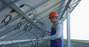 连接太阳电池板的导线工作者 影视素材