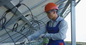 连接太阳电池板的导线工作者 股票视频