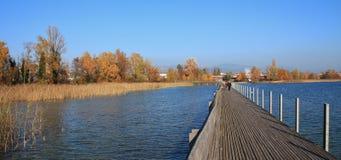 连接拉珀斯维尔和Hurden的木材人行桥 湖Obersee 免版税库存图片
