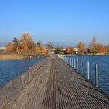 连接拉珀斯维尔和Hurden,瑞士的木板走道 蓝色la 库存照片