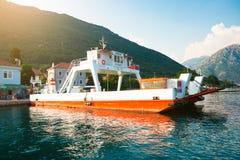 连接新海尔采格和科托尔的镇载汽车轮船横跨海湾 免版税库存照片