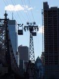连接曼哈顿的缆绳用罗斯福岛 免版税库存照片