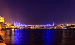 连接欧洲和亚洲的伊斯坦布尔桥梁在夜之前 库存图片