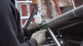 连接灰色篷布的过程到铝结构用塑料别针 股票视频