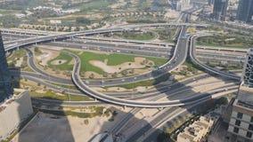连接点路的惊人的看法从上面在迪拜 在高速公路的交通 加速的射击 股票视频