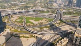 连接点路的惊人的看法从上面在迪拜 在高速公路的交通 影视素材
