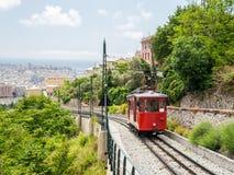 连接热那亚的市中心一条老齿轨铁路的无盖货车用小山区Granarolo 库存图片
