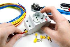 连接电子出口到在白色背景的电缆 免版税库存图片
