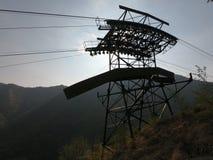 连接白变种和塞尔维诺镇空中览绳的定向塔 伪装他们的绿色被绘的定向塔在森林 库存照片