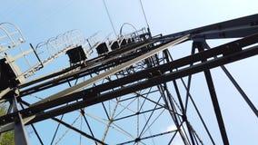 连接白变种和塞尔维诺镇空中览绳的定向塔 伪装他们的绿色被绘的定向塔在森林 股票视频