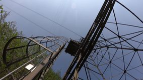 连接白变种和塞尔维诺镇空中览绳的定向塔 伪装他们的绿色被绘的定向塔在森林 影视素材