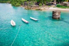 连接的小船和蓝色海洋 免版税图库摄影
