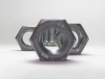 连接的螺栓的看法,通过孔六方形螺母 免版税库存照片