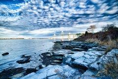 连接纽波特和jamestown的纽波特桥梁在日出 库存照片