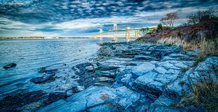 连接纽波特和jamestown的纽波特桥梁在日出 库存图片