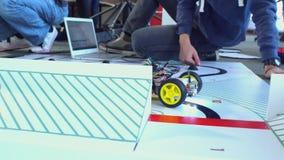 连接缆绳的人机器人 股票录像