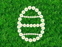 连接花环在复活节彩蛋形状在草背景的 免版税图库摄影