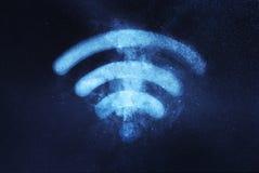 连接设备fi网络rf无线符号的wi Wi fi标志 抽象夜空背景 免版税库存图片