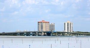 连接迈尔斯堡海滩的大卡洛斯通行证桥梁到博尼塔斯普林斯,佛罗里达 库存照片