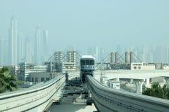 连接迪拜小游艇船坞的单轨铁路车火车 图库摄影
