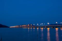 连接酸值yo海岛和大陆, Tinsula的长的具体桥梁 库存图片