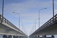 连接酸值Yor海岛和大陆, TinsulTinsulanon桥梁的长的具体桥梁 免版税库存图片