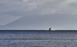连接风神海岛,西西里岛,意大利的水翼艇 库存图片