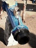 连接高密度聚乙烯管子和主要钢管道,闸式阀 被焊接的塑料管子,螺丝连接 免版税图库摄影