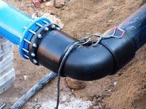 连接高密度聚乙烯管子和主要钢管道,闸式阀 被焊接的塑料管子,螺丝连接 免版税库存照片